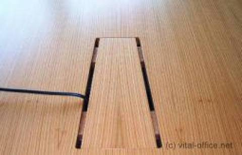 舒适暗藏接线的书桌和会议表从地上起来在桌面上