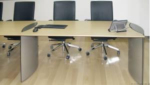 典型的 circon 行政会议表是模压椭圆或钻石形基地